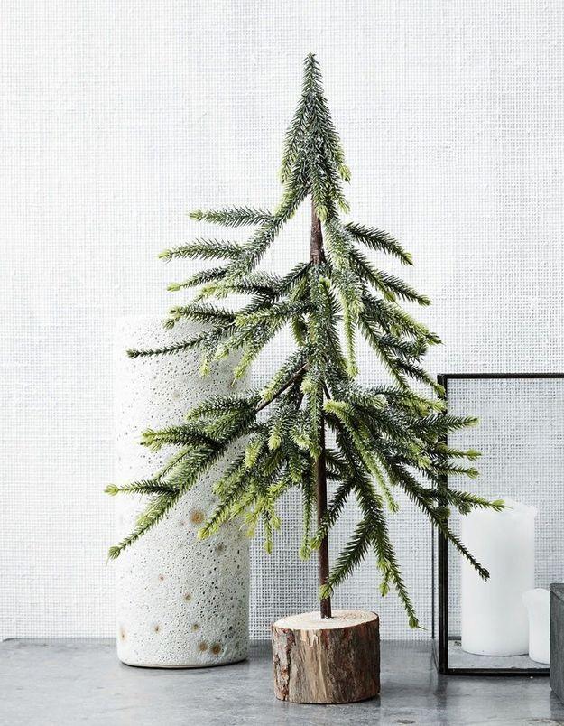 Arbre de Noël avec une bûche en bois