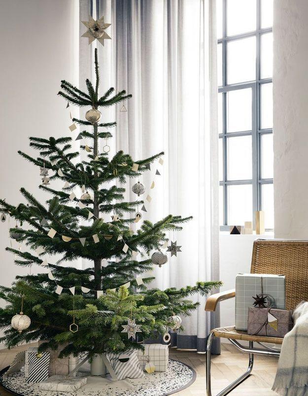 Arbre de Noël avec une guirlande composée de fanions