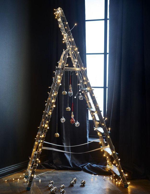 Arbre de Noël en forme d'échelle avec guirlande lumineuse