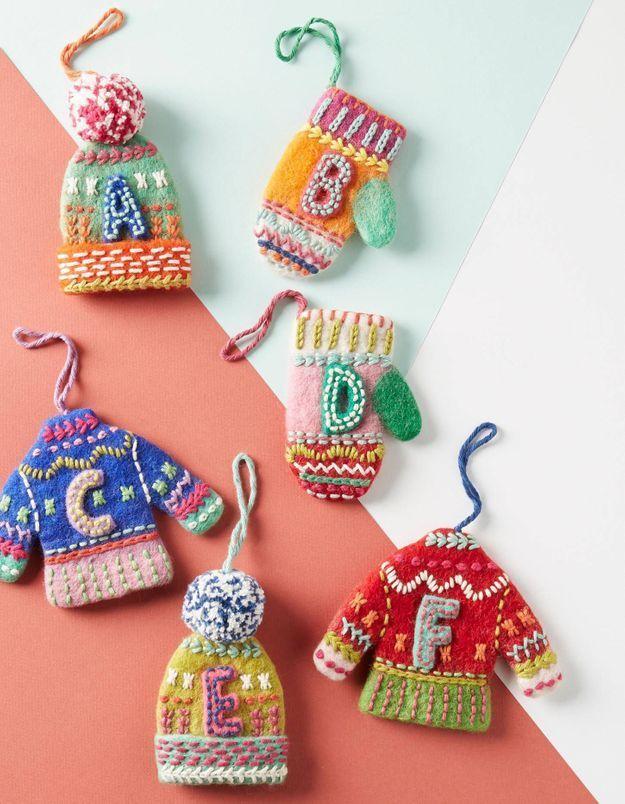 Des gants, bonnets et mini doudounes pour la déco du sapin