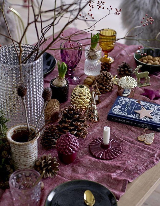 Une déco de table de Noël qui associer la couleur lie de vin au doré