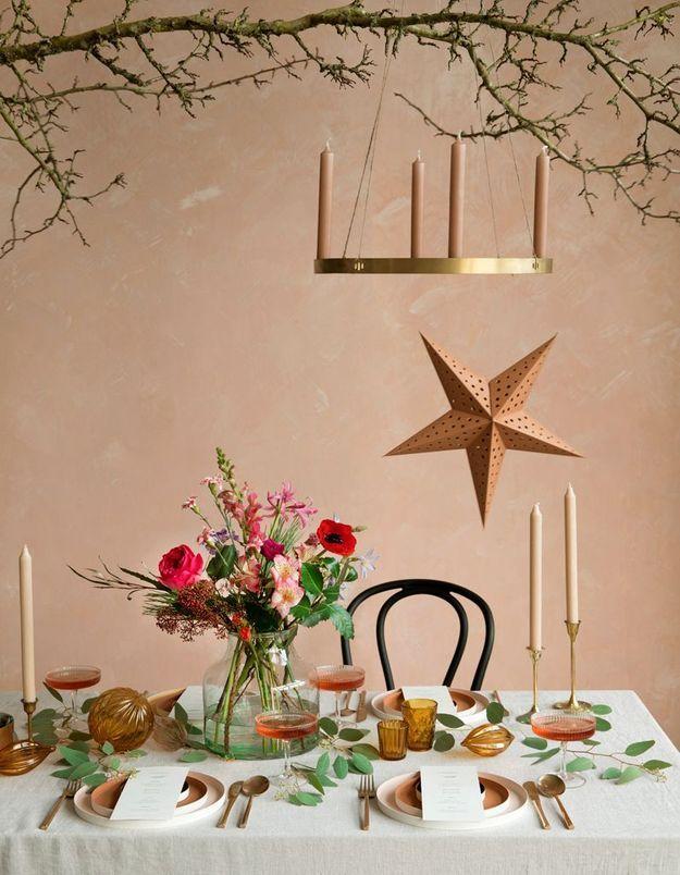 Une déco de table de Noël qui mise tout sur le bouquet de fleurs en centre de table