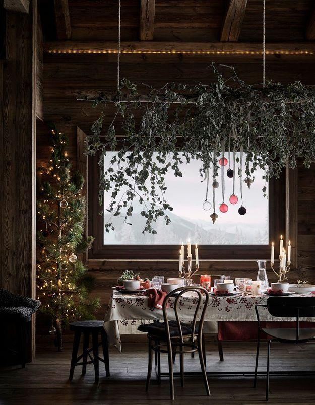 Une déco de table de Noël qui parie sur la branche en bois suspendue