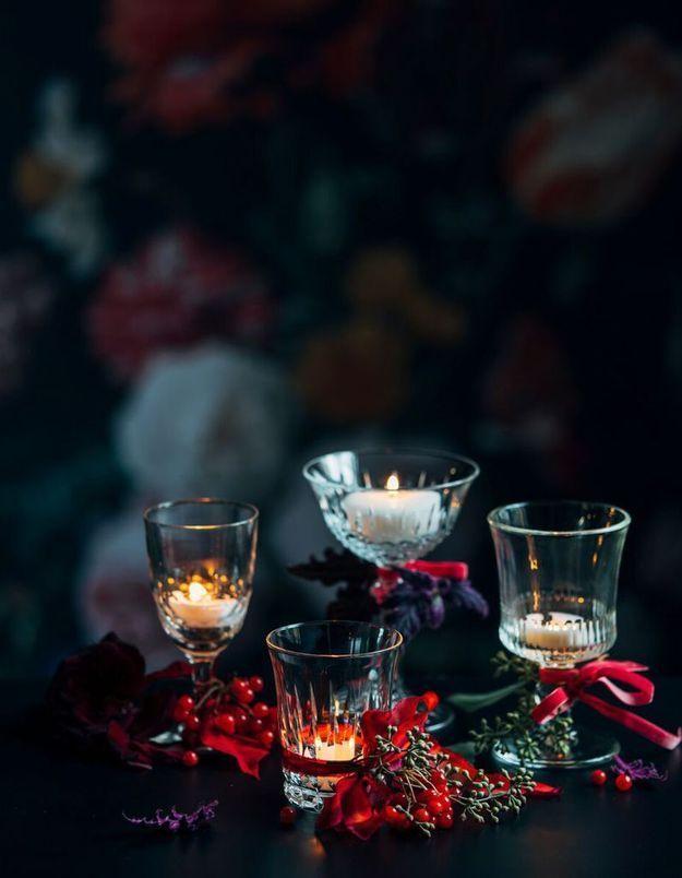 Une déco de table de Noël qui transforme les verres à vin et à eau en bougeoirs