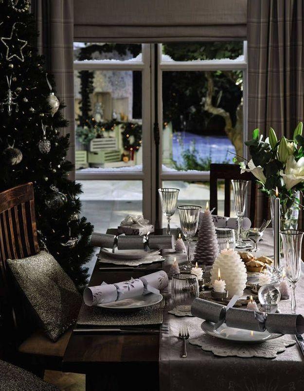 Une décoration de table de Noël classique