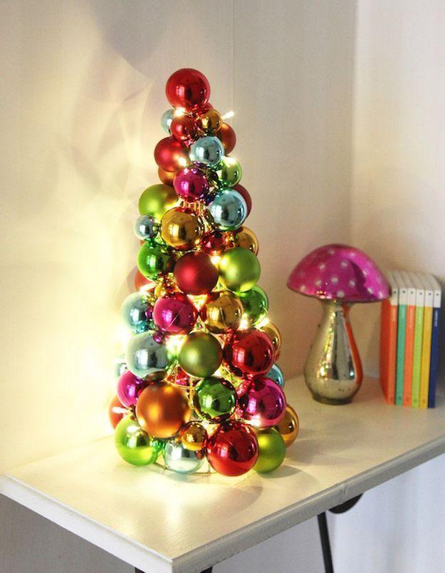 Faux sapin de Noël avec des boules colorées