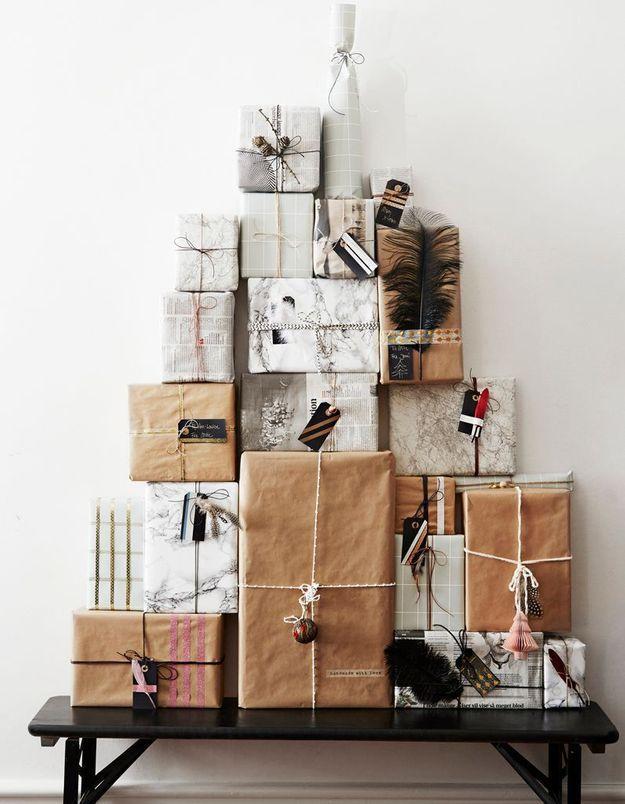 Faux sapin de Noël composé de cadeaux