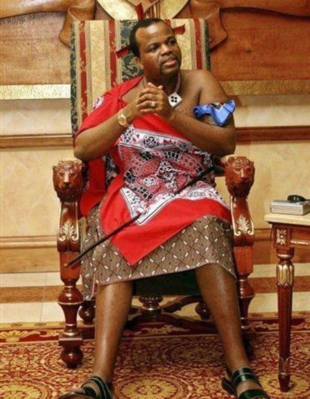 Les vierges du Swaziland ramassent des roseaux pour danser devant le roi