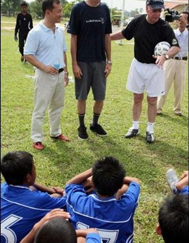 Sir Bobby Charlton a entraîné des jeunes joueurs cambodgiens
