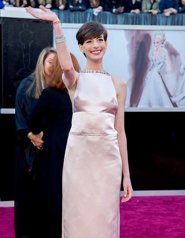 Anne Hathaway s'excuse pour son look aux Oscars !