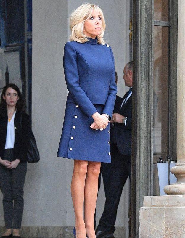 Brigitte Macron attend l'arrivée de Melania Trump à l'Elysée