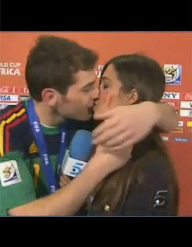 Buzz : le gardien espagnol embrasse sa fiancée en direct !