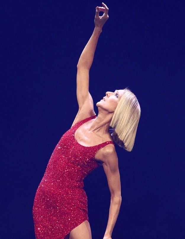 Céline Dion : en soutien-gorge, elle berce ses fans