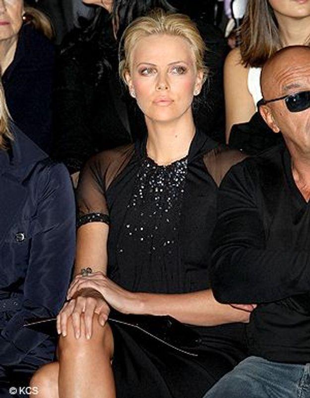 Charlize Theron crée l'émeute au défilé Dior