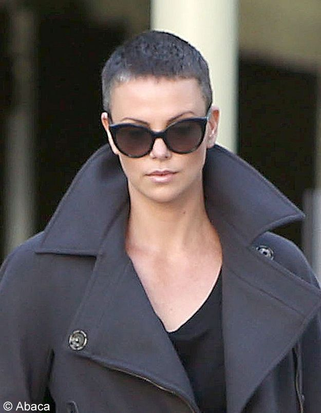 Charlize Theron toujours aussi sexy le crâne rasé !