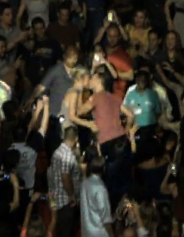 Chris Martin embrasse Gwyneth Paltrow en plein concert