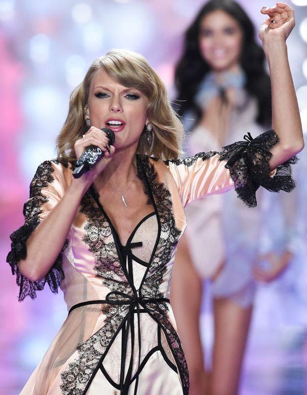 Taylor Swift sur la scène du défilé Victoria's Secret 2014