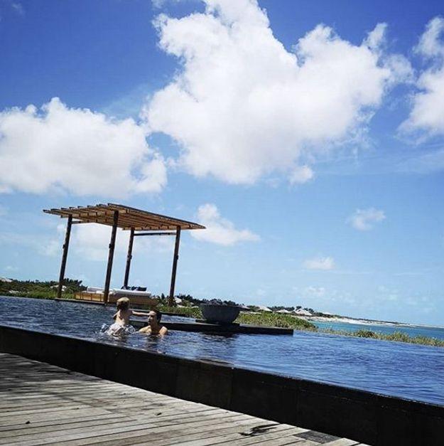 Á la plage ou comme ici à la piscine, on profite du soleil en famille