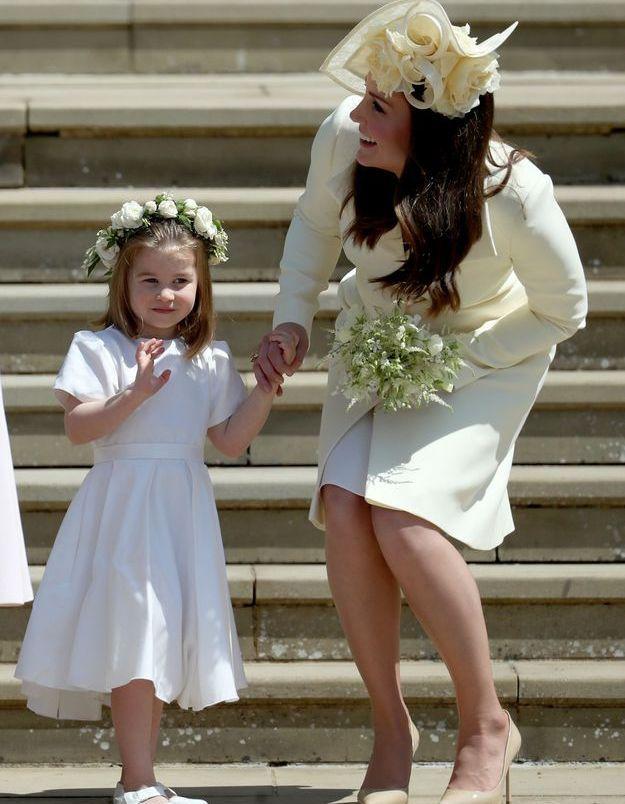 La princesse Charlotte salue la foule le jour du mariage du prince Harry et de Meghan Markle