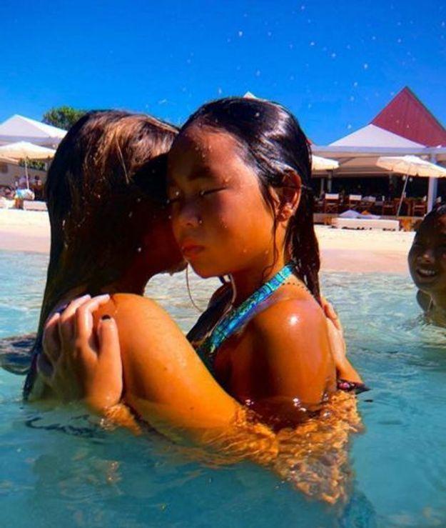 Petite baignade pour Joy Hallyday dans les bras de Tess Rambaldi