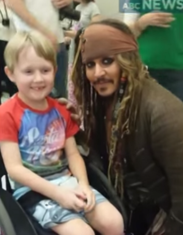 Johnny Depp fait une surprise à des enfants malades