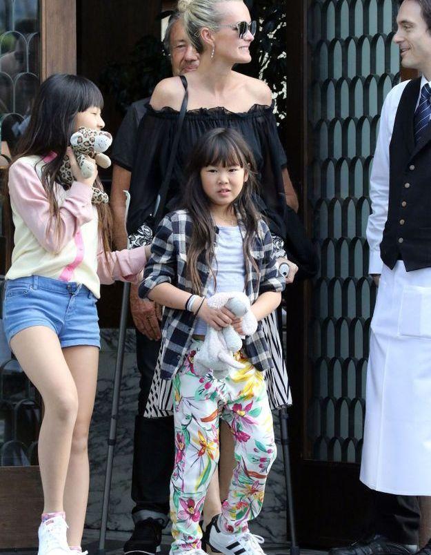 Á la sortie d'un restaurant en 2017 avec sa mère et sa sœur Jade