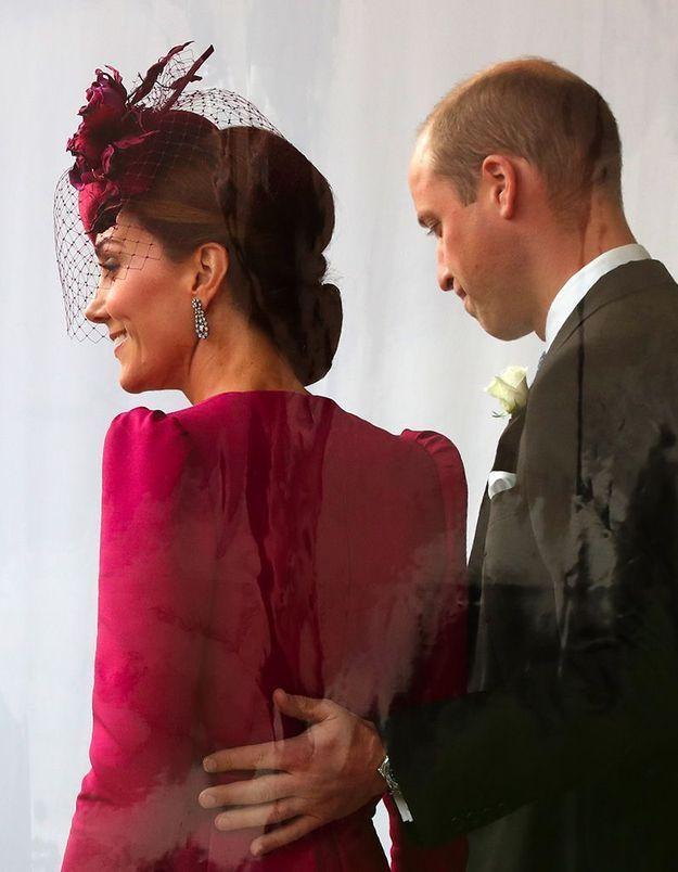 Main dans le dos, le prince William a surpris les photographes