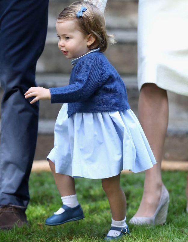 La princesse Charlotte montre qu'elle marche comme une pro !