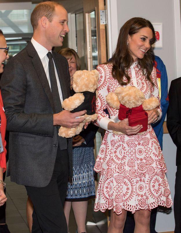 Le couple reçoit des peluches pour George et Charlotte
