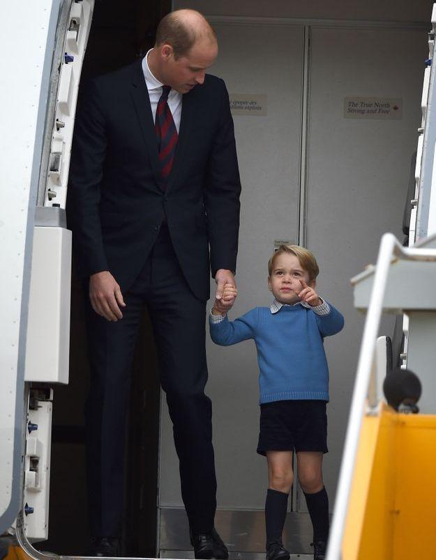 Le prince George et son père sortent de l'avion