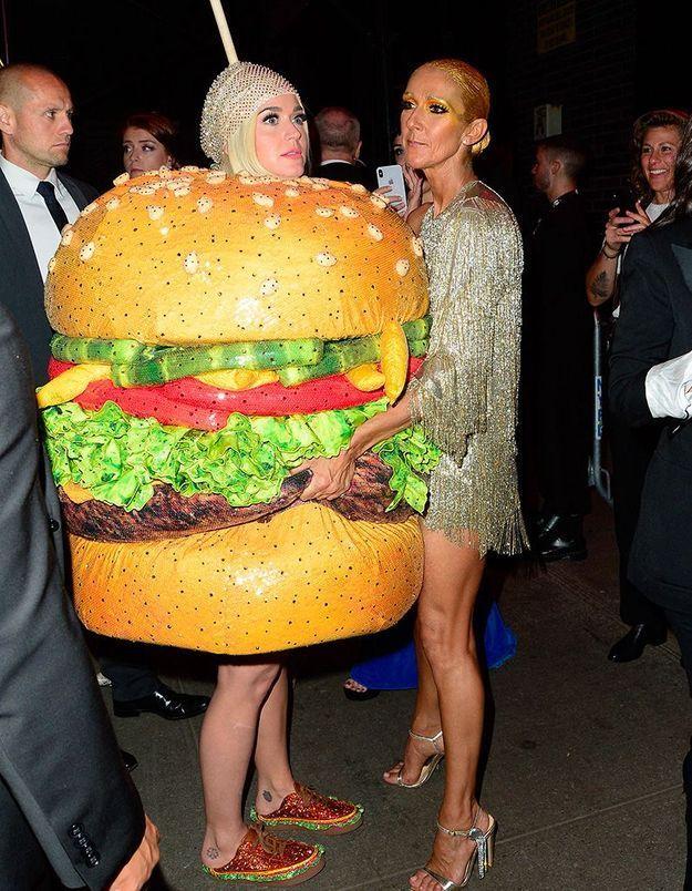 Katy Perry en burger et Céline Dion qui la câline : la photo la plus dingue du Met Ball !