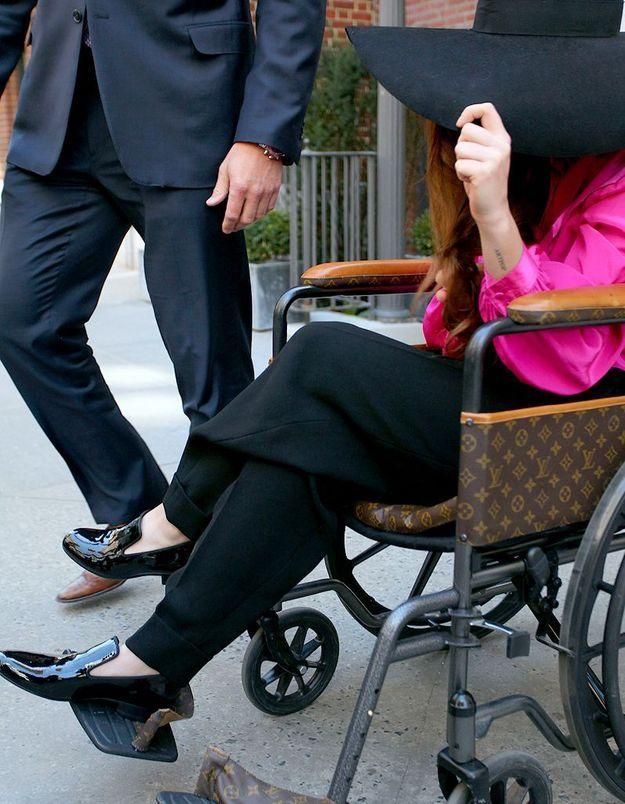Lady Gaga remarche mais veut se déplacer en fauteuil roulant