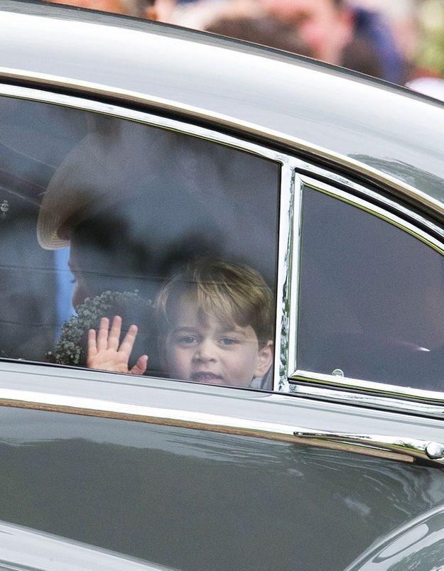 Le prince George salue la foule