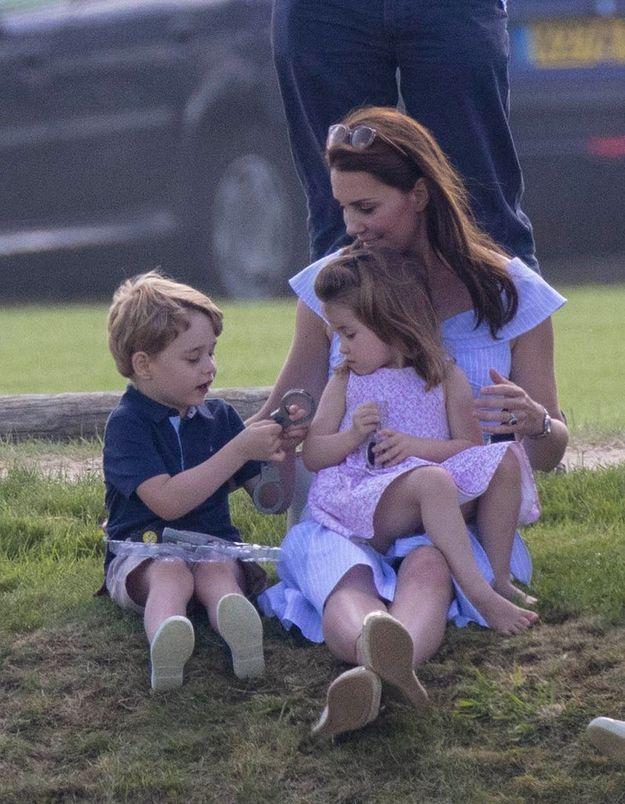 En juin, George et Charlotte assistent à un match de polo