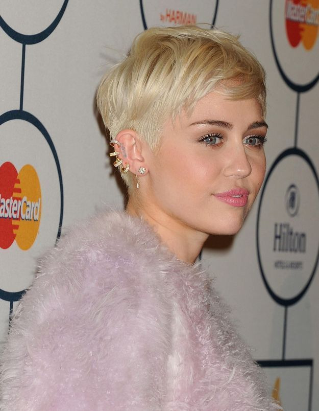 Miley Cyrus craque et pleure sur scène en plein concert