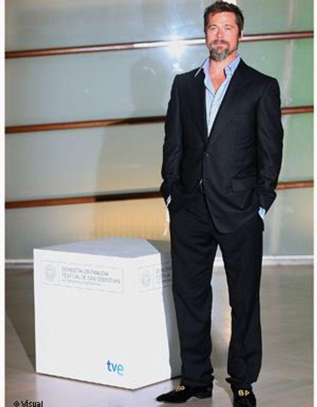 Mystère du jour : les chaussures monogrammées de Brad Pitt