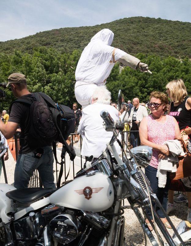 Les fans attendent patiemment de découvrir la statue de Johnny Hallyday