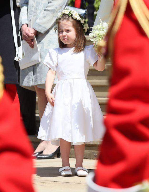 La princesse Charlotte vêtue d'une jolie robe blanche et d'une couronne de fleurs