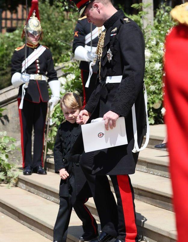 Timide, le prince George se cache derrière son père, le prince William
