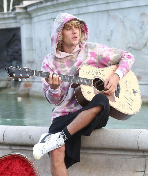 Assis sur la fontaine du Victoria Memorial, Justin Bieber a improvisé un mini-concert