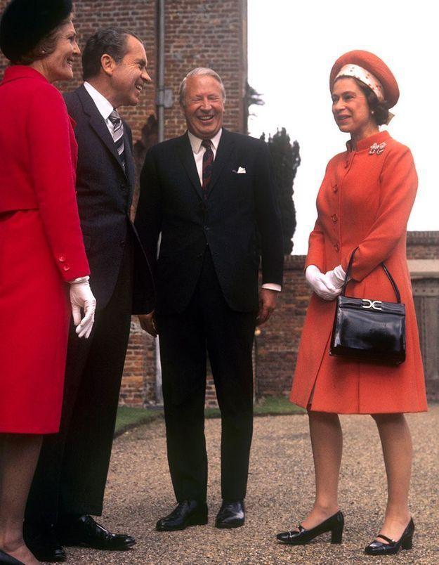 Quel accessoire fétiche ne quitte pas la reine d'Angleterre depuis plus de cinquante ans ?