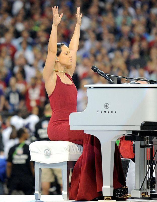 Alicia Keys chante l'hymne américain.