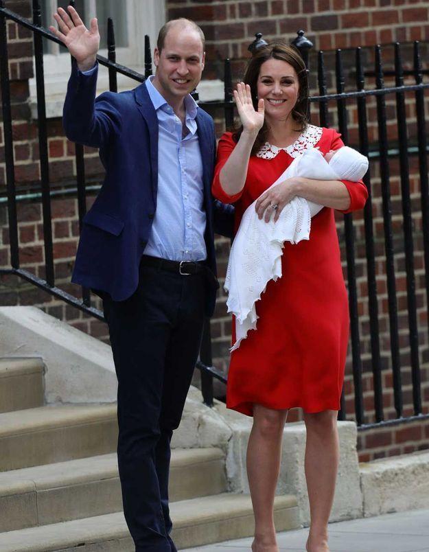 Un salut à la foule venue en masse découvrir le royal baby