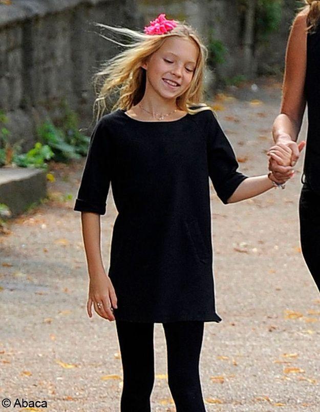 Blonde, grande et mince, comme sa mère.