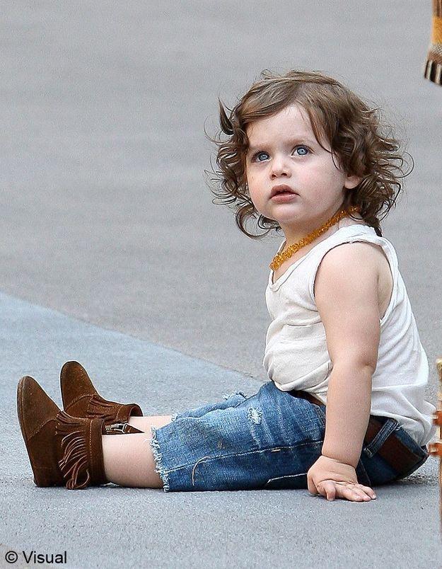 Chaussures à franges, jean court, marcel crème et collier… Ce petit garçon est évidemment une fashion victim !