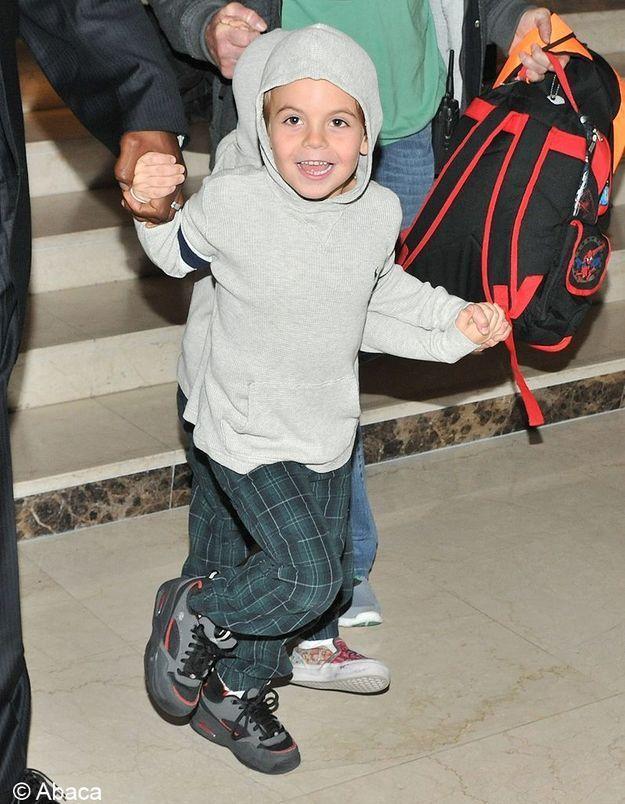 Contrairement à sa mère, cet enfant n'est pas constamment paparazzié, on a donc du mal à le reconnaître.