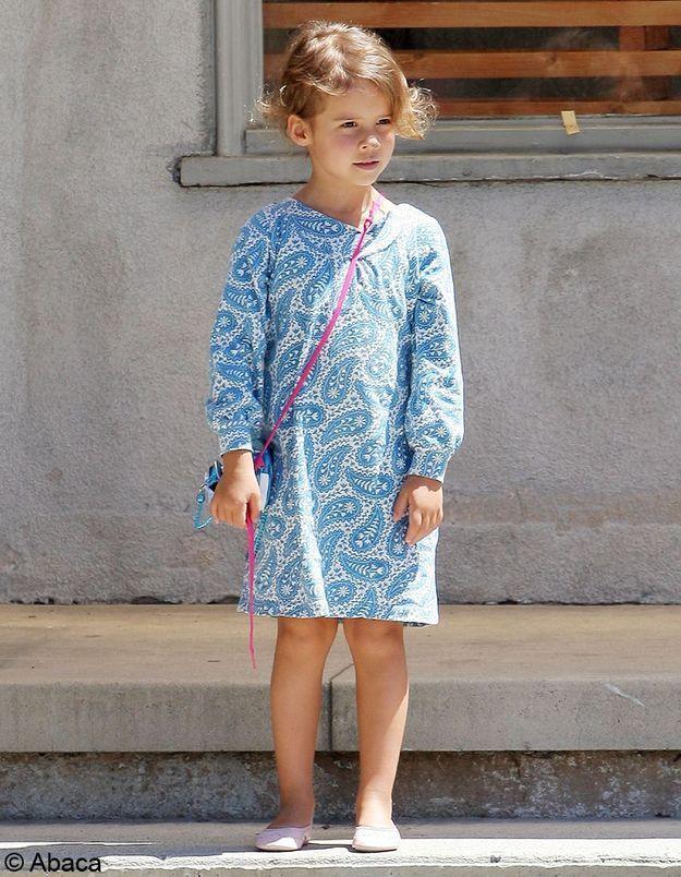 Elle est toujours aussi bien lookée que sa mère, son dressing nous fait rêver.