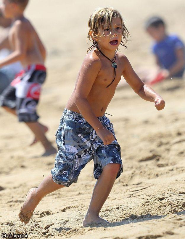 Toujours super looké, ce petit garçon a de qui tenir : sa maman lui a tout appris.