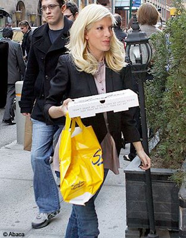 Tori Spelling anorexique ? Non, elle mange !