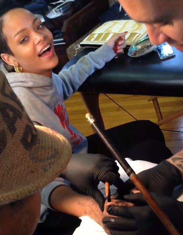 Vidéo : la douleur de Rihanna qui se fait tatouer